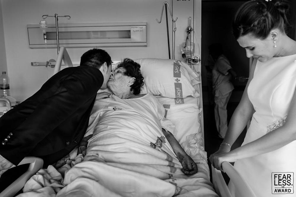 Μία στάση στο νοσοκομείο για ευχές σε ένα συγκινητικό καρέ
