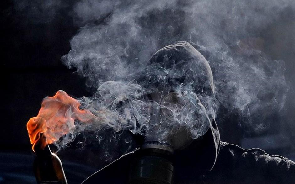Πέμπτη, 7 Δεκεμβρίου, Ελλάδα. Νεαρός κρατά μια μολότοφ κατά τη διάρκεια των επεισοδίων στη Θεσσαλονίκη για την επέτειο από τον θάνατο του Αλέξανδρου Γρηγορόπουλου