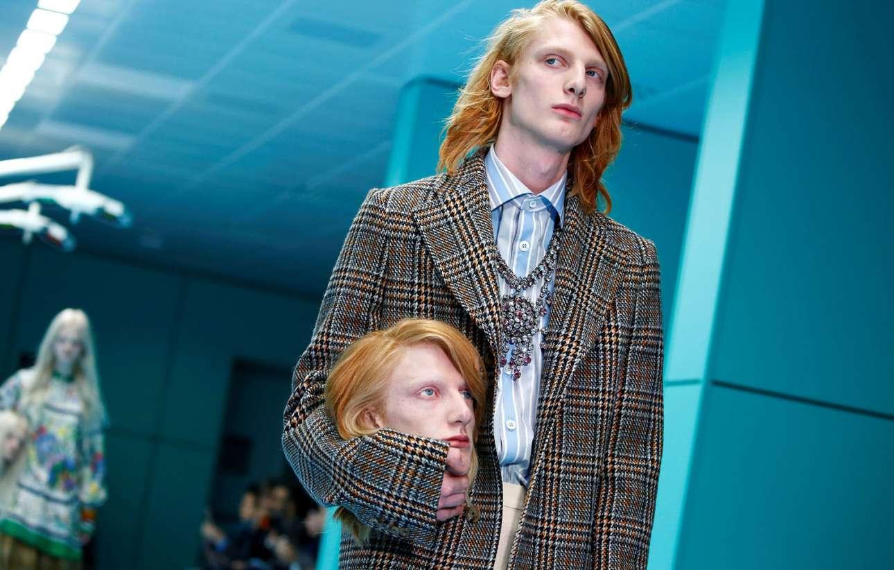 21 Φεβρουαρίου. Οχι δεν είναι επεισόδιο από το «Black Mirror», αλλά μοντέλο που παρουσιάζει τις νέες δημιουργίες του οίκου Gucci στην Εβδομάδα Μόδας του Μιλάνου κρατώντας ένα ομοίωμα του κεφαλιού του