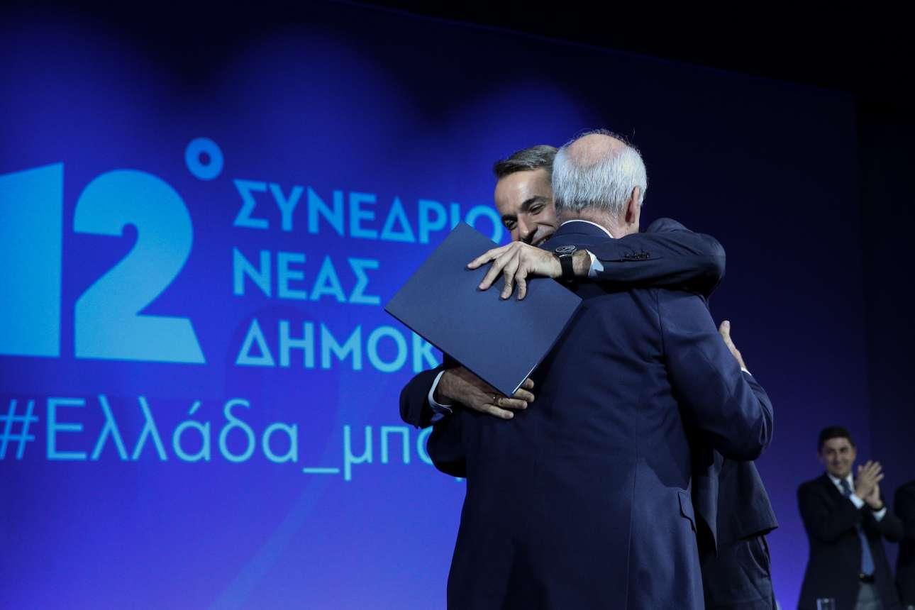 Η αγκαλιά με τον πρόεδρο του Συνεδρίου και επισήμως επικεφαλής της ευρωλίστας της ΝΔ Βαγγέλη Μεϊμαράκη