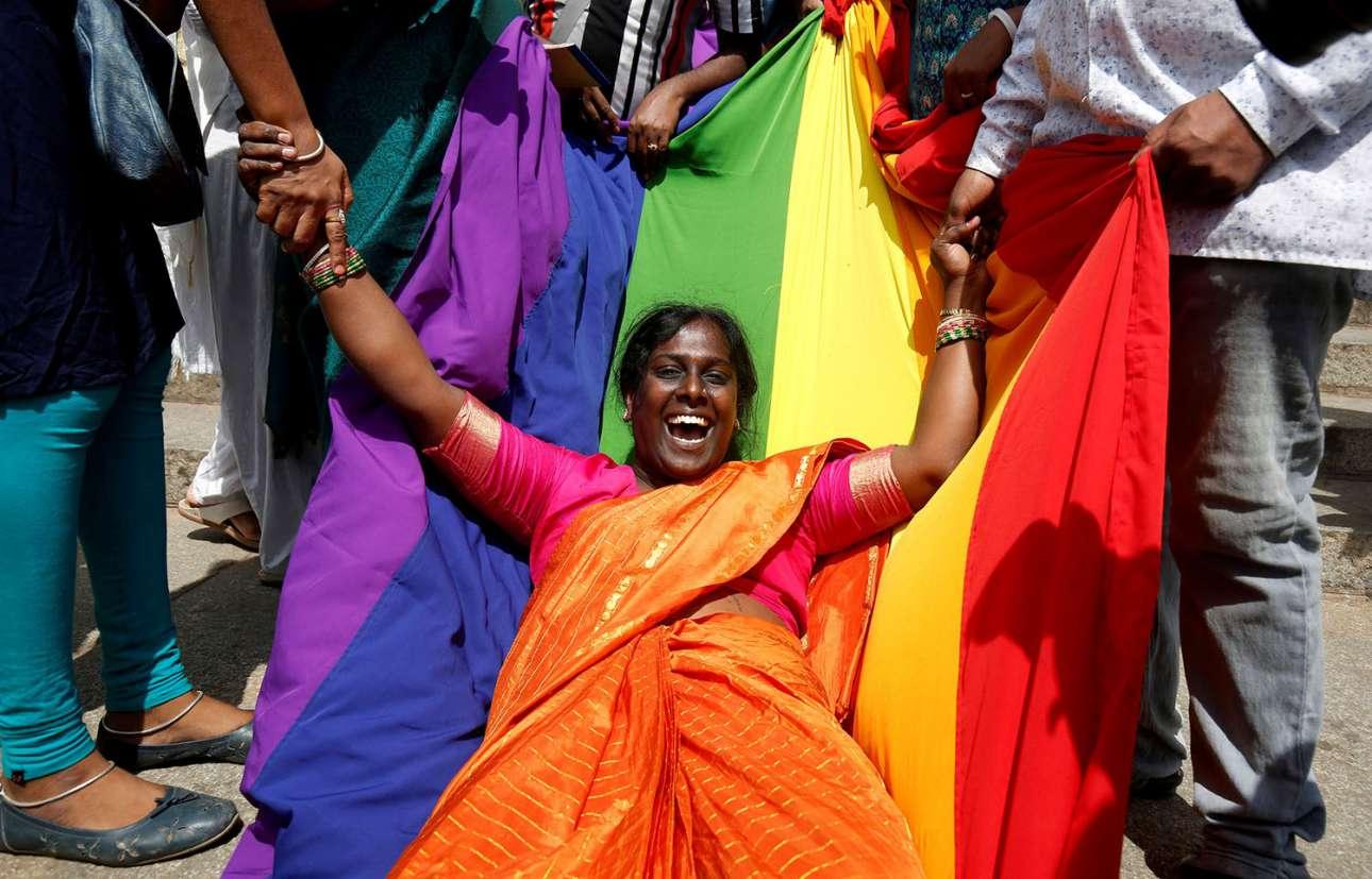 Ινδία, 6 Σεπτεμβρίου. Ακτιβίστρια της ΛΟΑΤΚΙ κοινότητας πανηγυρίζει την ιστορική απόφαση του Ανωτάτου Δικαστηρίου να αποποινικοποιήσει την ομοφυλοφιλία