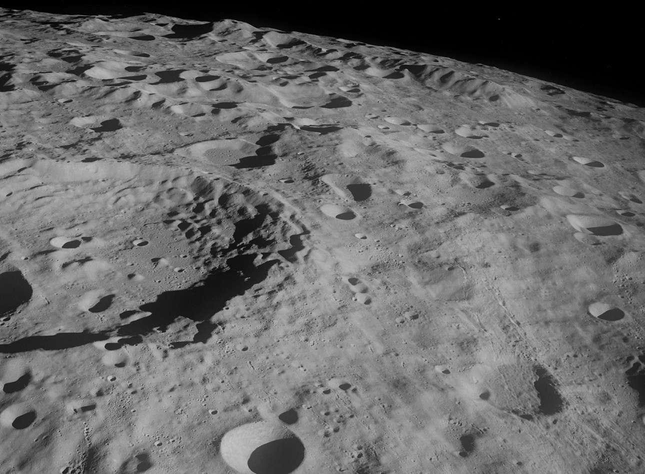 Ο διοικητής του Apollo 8 Φράνκ Μπόρμαν περιέγραψε εξαιρετικά το τοπίο της Σελήνης ως «μία απέραντη, μοναχική, αφιλόξενη έκταση του τίποτα»