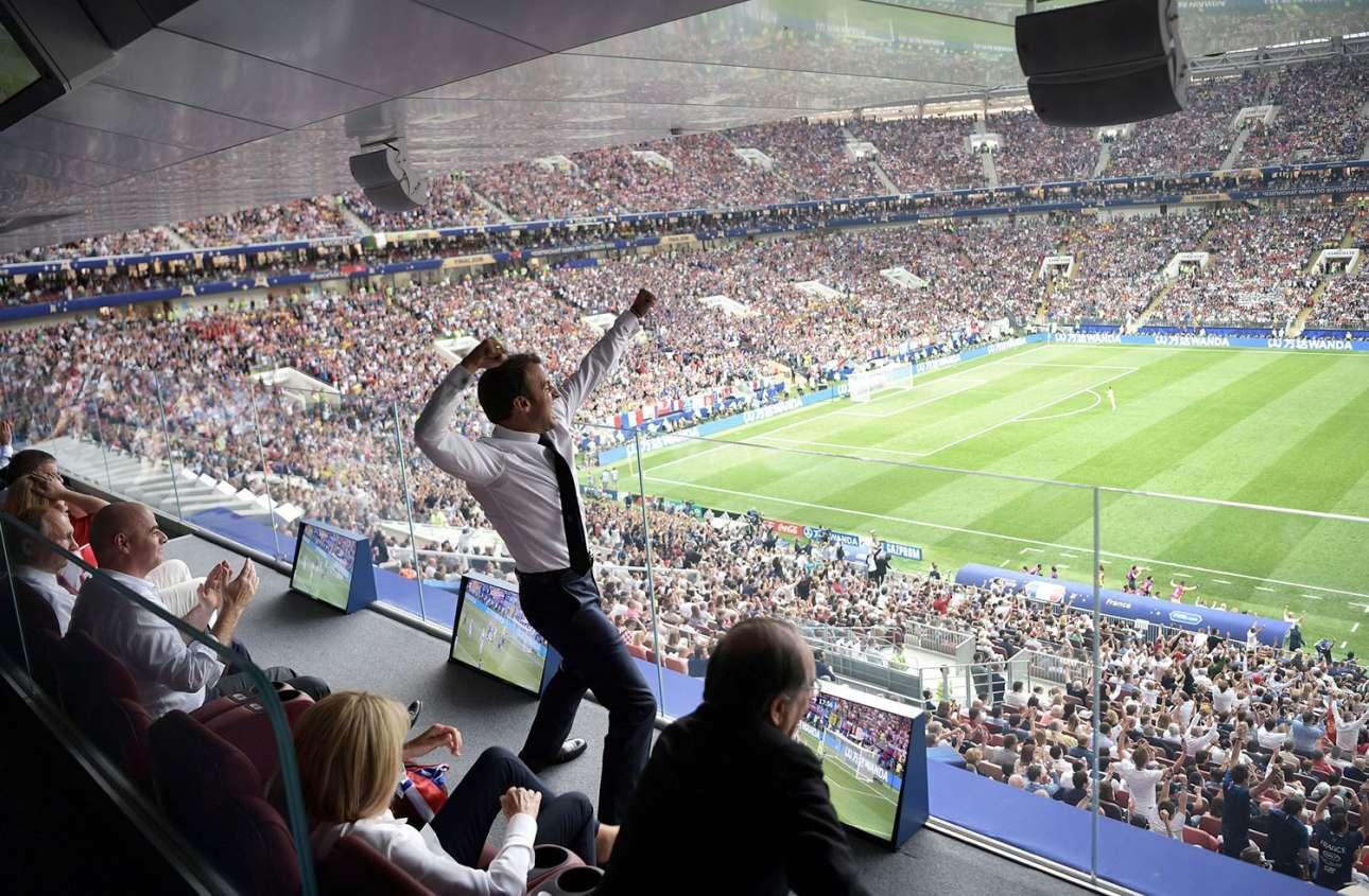 15 Ιουλίου. Ο γάλλος πρόεδρος Εμανουέλ Μακρόν πανηγυρίζει τη νίκη της Εθνικής Γαλλίας στον αγώνα με την Εθνική Κροατίας, στον τελικό του Παγκόσμιου Κυπέλλου στη Μόσχα