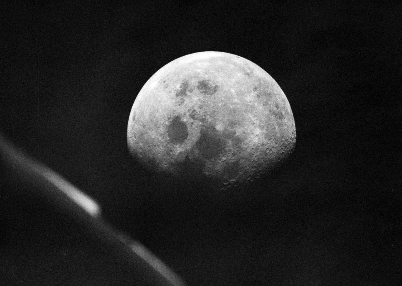 Θέα σε ολόκληρη τη Σελήνη από το παράθυρο του Apollo 8