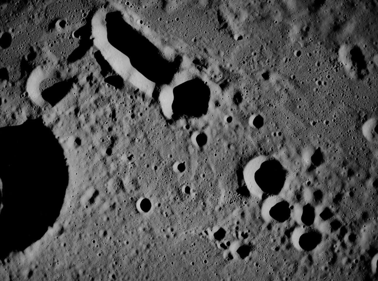 Η επιφάνεια της Σελήνης όπως φαίνεται από το Apollo 8 που βρίσκεται σε τροχιά. Οταν το κέντρο ελέγχου της αποστολής ρώτησε πως τους φαίνεται το φεγγάρι από απόσταση 95 χιλιομέτρων, ο αστροναύτης Τζέιμς Λοβελ απάντησε: «Χιούστον, το φεγγάρι είναι κυρίως γκρι, δεν έχει χρώμα, μοιάζει με γύψο ή κάποια γκριζωπή αμμουδιά»