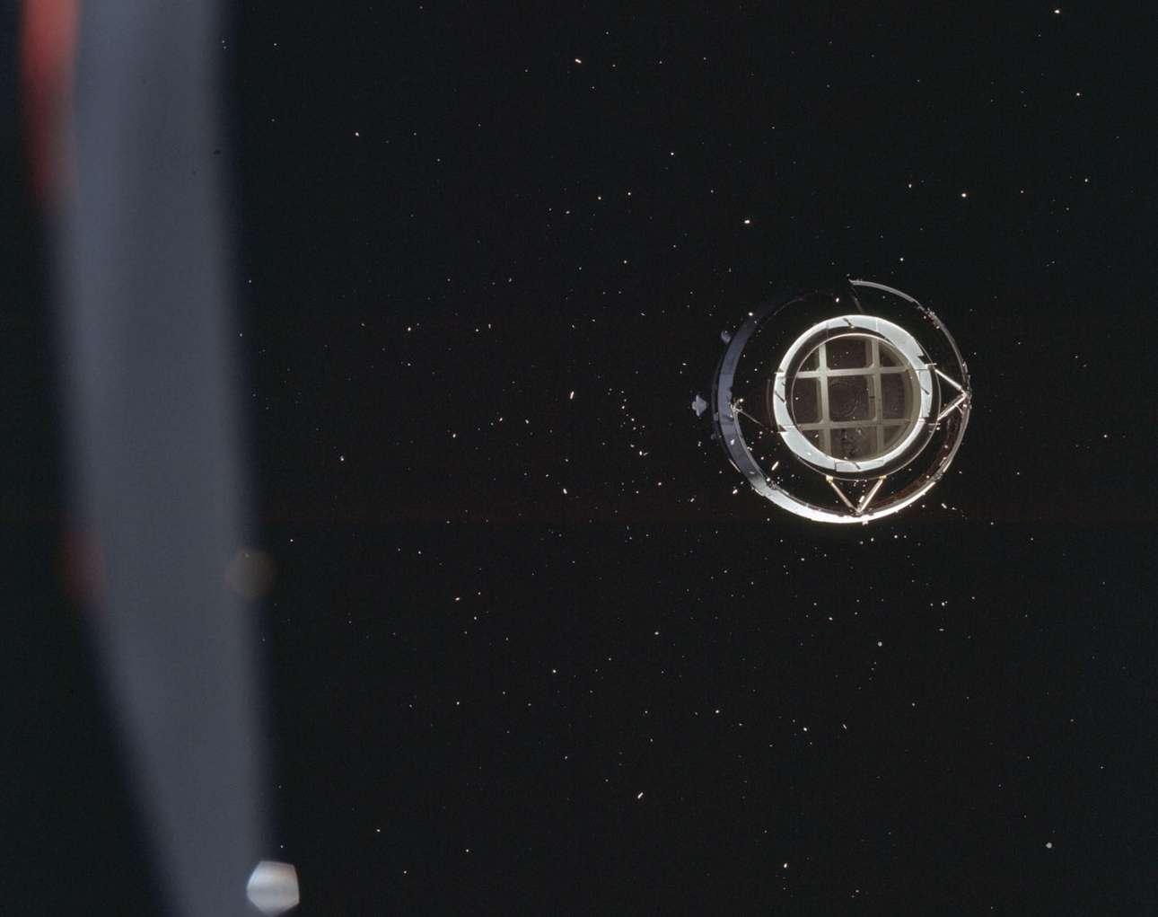 Το τρίτο στάδιο του Saturn V μόλις έχει αποχωριστεί από το υπόλοιπο διαστημόπλοιο, προκειμένου το Apollo 8 να μπει σε τροχιά γύρω από τη Σελήνη