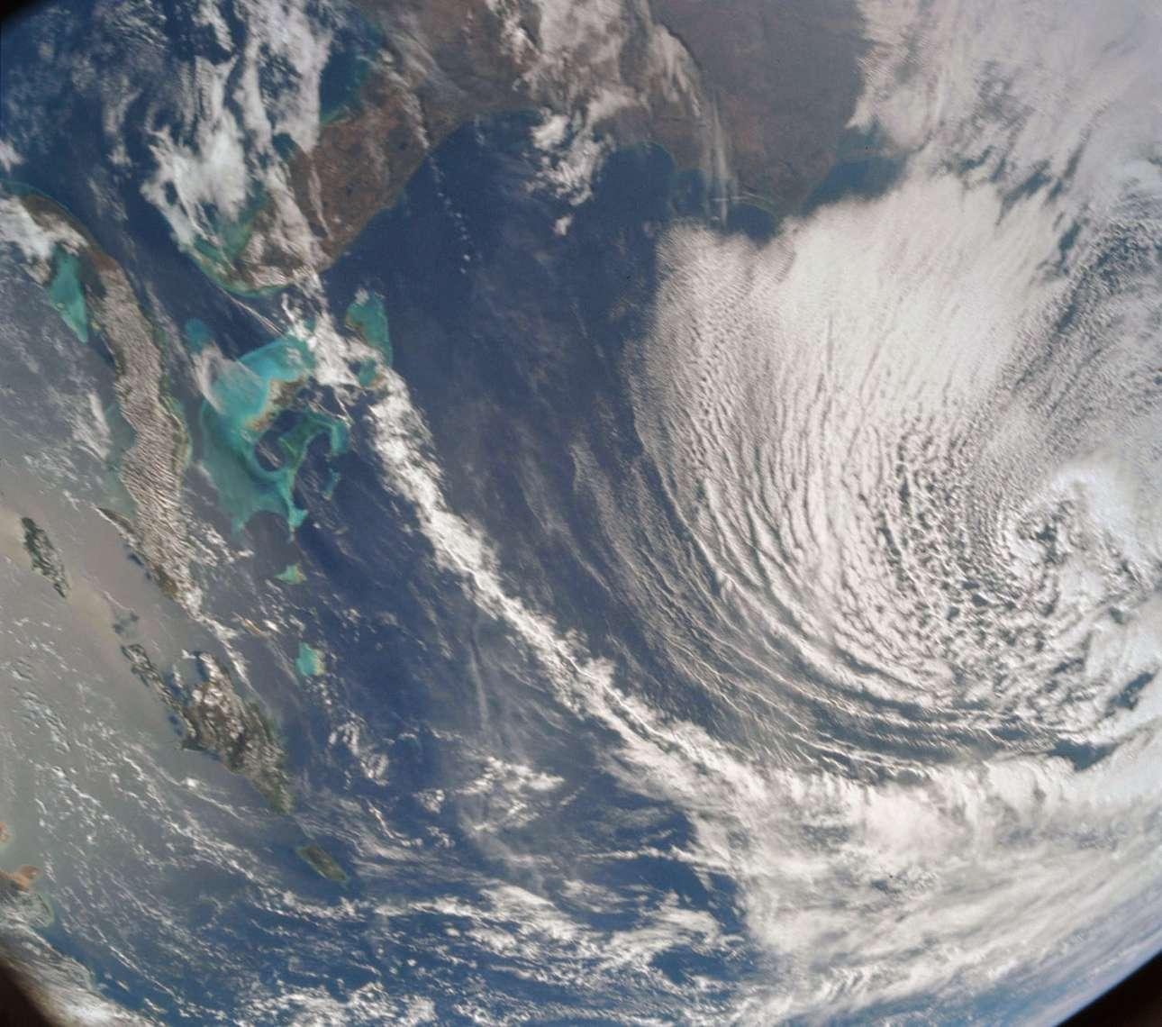 Η παραπάνω εικόνα τραβήχτηκε από το διαστημόπλοιο Apollo 8 ενώ βρισκόταν στην τροχιά της Γης. Διακρίνονται οι περισσότερες από τις νοτιοανατολικές πολιτείες, η Καραϊβική Θάλασσα και η ακτογραμμή των ΗΠΑ, από τον κόλπο Chesapeake μέχρι τη χερσόνησο της Φλόριντα.  Οι Μπαχάμες και τα νησιά της Κούβας, της Τζαμάικας και του Πουέρτο Ρίκο επεκτείνονται σε όλη την Καραϊβική: το γαλάζιο των ρηχών νερών των Μπαχαμών έρχεται σε έντονη αντίθεση με την πιο σκούρα απόχρωση των βαθύτερων θαλασσών