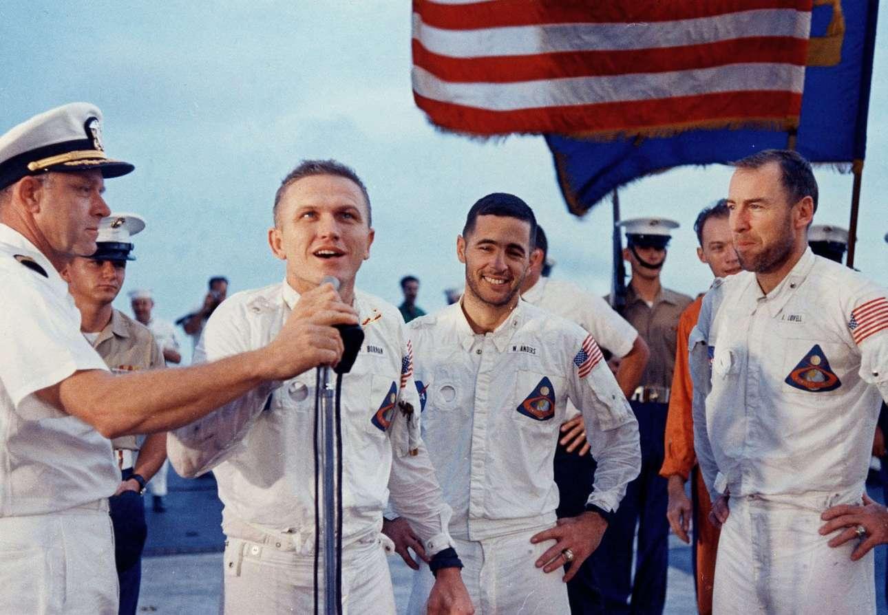 Το πλήρωμα του Apollo 8 χαιρετάει το πλήρωμα του USS Yorktown μετά την επιτυχημένη προσυδάτωση και επιστροφή