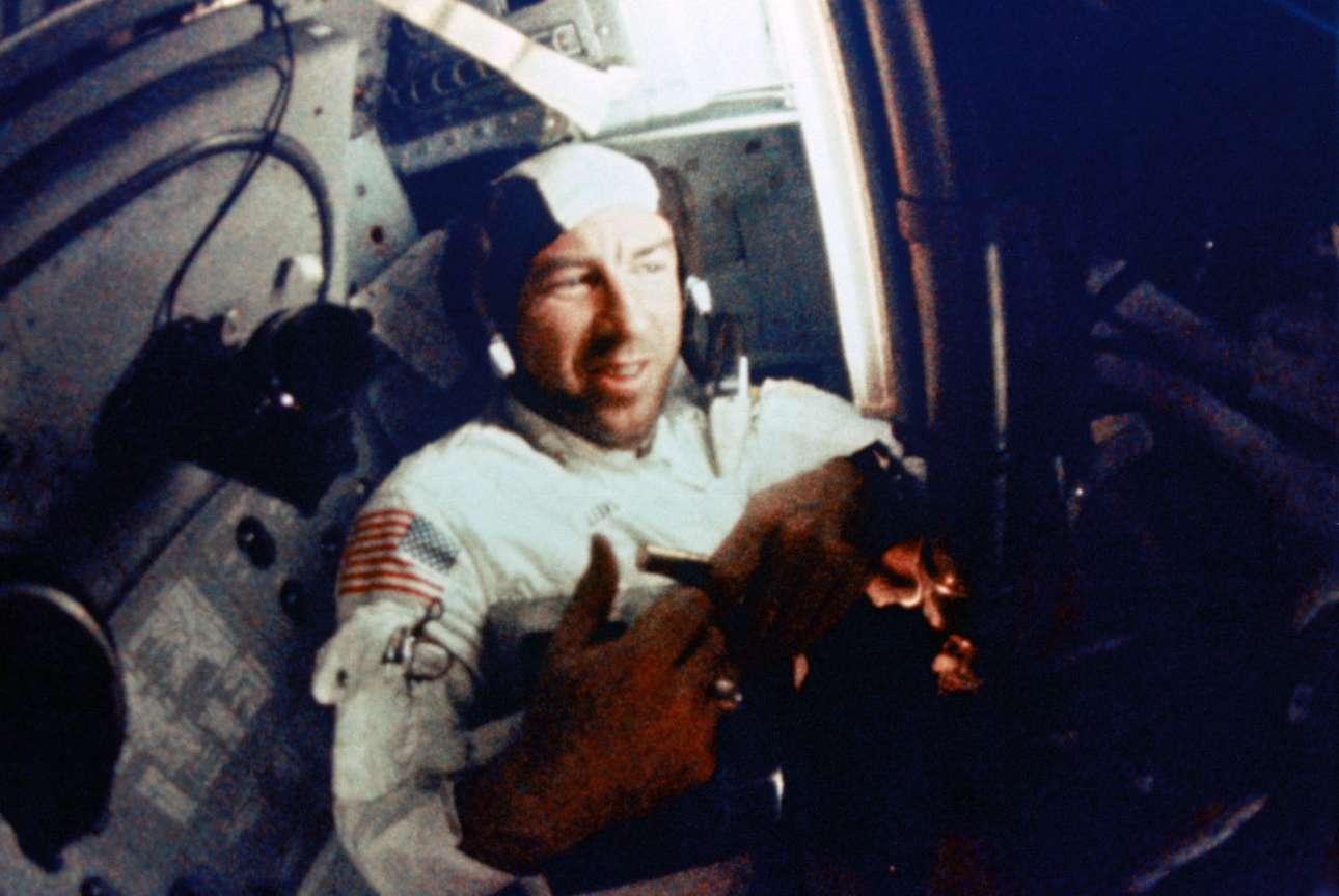 Ο αστροναύτης Τζέιμς Λόβελ μέσα στο Apollo 8, κατά τη διάρκεια της τροχιάς του γύρω από τη σελήνη