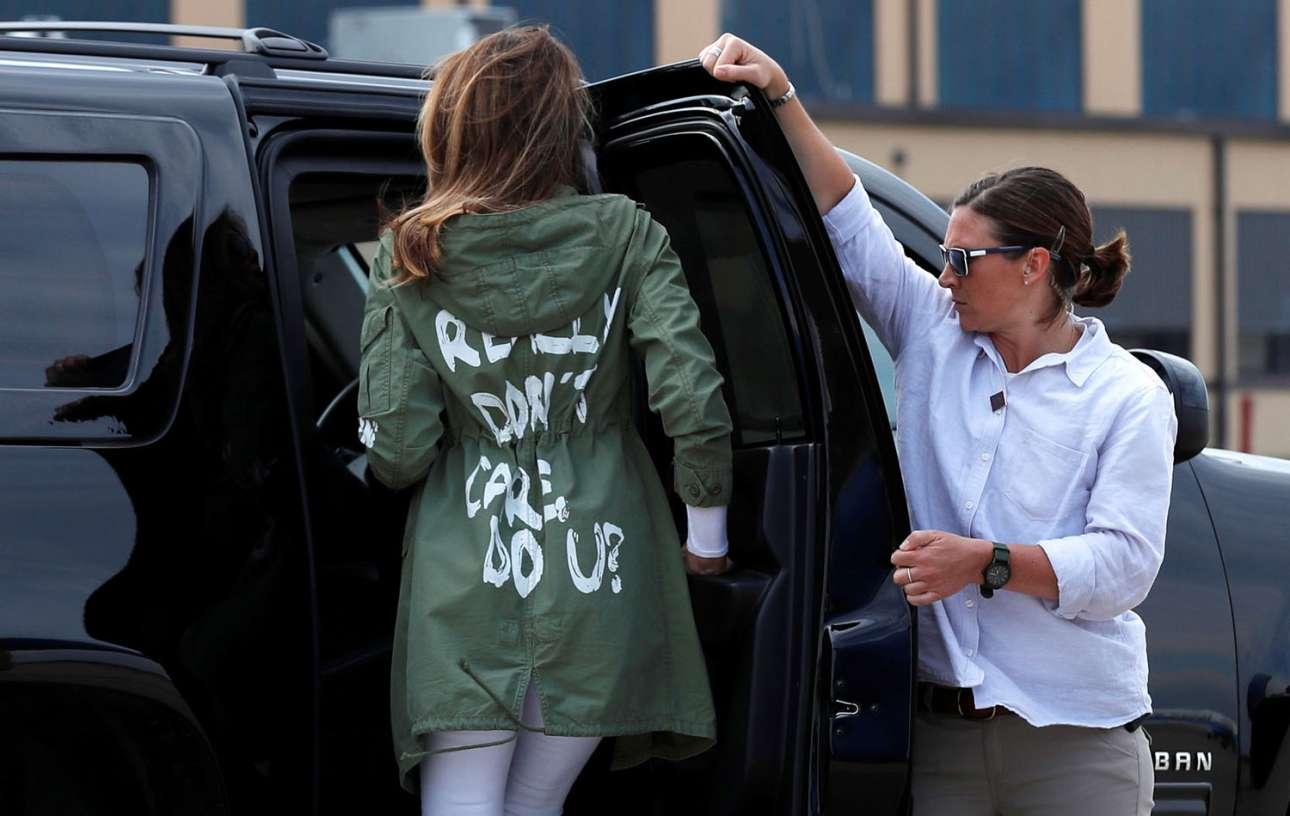21 Ιουνίου. Η Πρώτη Κυρία Μελάνια Τραμπ επιστρέφει από την επίσκεψή της στις εγκαταστάσεις όπου κρατούνται οικογένειες μεταναστών στα σύνορα ΗΠΑ - Μεξικού, φορώντας μπουφάν που γράφει «Πραγματικά δεν με νοιάζει, εσάς;». Μετά την έντονη κριτική που δέχτηκε για το προκλητικό πανωφόρι, η ίδια δήλωσε μετά από μήνες πως το φόρεσε απευθυνόμενη «στους ανθρώπους και στα αριστερά μίντια που την επικρίνουν»
