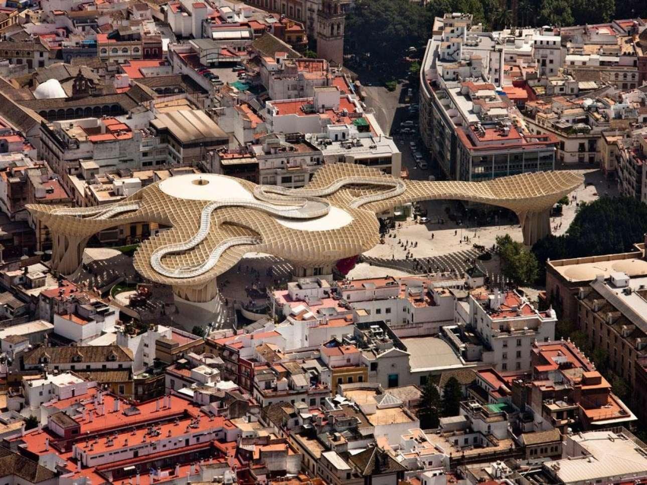 Από τις μεγαλύτερες ξύλινες κατασκευές στον κόσμο, το Metropol Parasol στη Σεβίλη έδωσε ζωή στην πλατεία Plaza de la Encarnacion και έγινε το ορόσημο της ανδαλουσιανής πόλης. Κάτω από την εντυπωσιακή κατασκευή στεγάζονται ένας αρχαιολογικός χώρος, αγορά, εστιατόρια και μπαρ