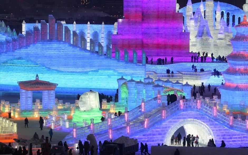 Δευτέρα, 24 Δεκεμβρίου, Κίνα. Κόσμος επισκέπτεται το Ice and Snow World Park για να θαυμάσει τα γλυπτά από πάγο που φιλοξενεί το Διεθνές Φεστιβάλ Γλυπτών από πάγο και χιόνι στη Χαρμπίν της Κίνας.