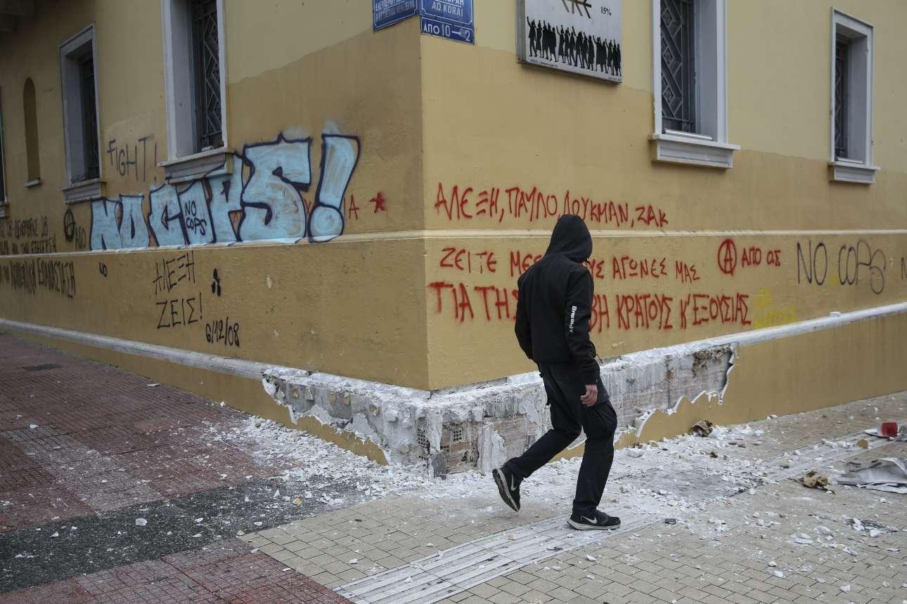 Για όσους απορούν πού βρήκαν τις πέτρες οι διαδηλωτές. Καταστρέφοντας το θαυμάσιο παλιό κτίριο στη συμβολή Πανεπιστημίου και Κοραή