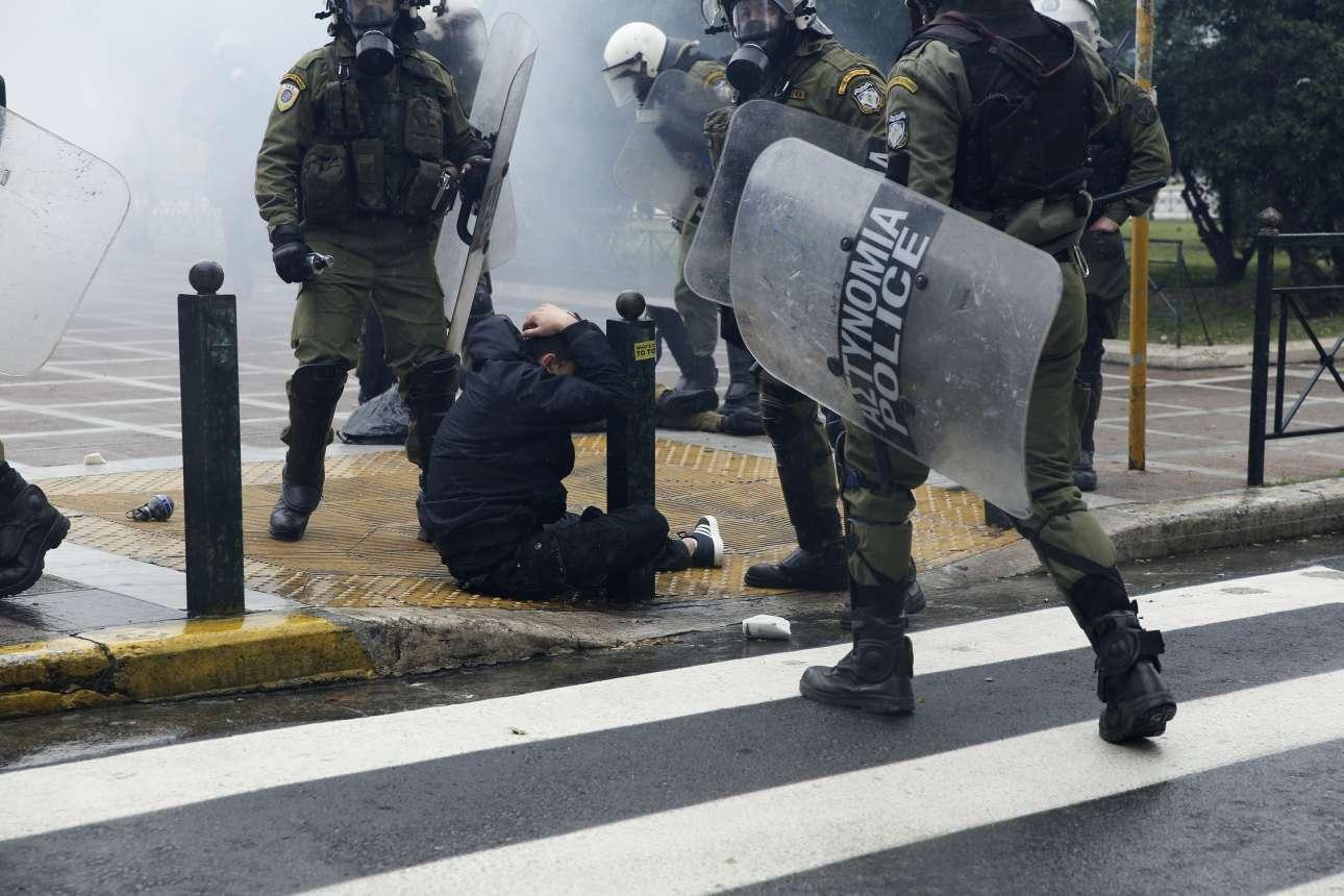 Ενας διαδηλωτής έχει δεχθεί ένα χτύπημα από τις δυνάμεις καταστολής