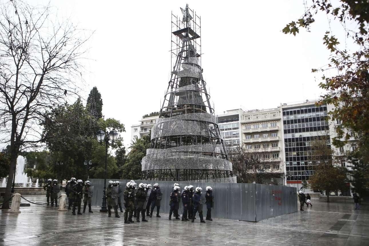 Μια διμοιρία ΜΑΤ επιστρατεύτηκε για να... προστατεύσει το δέντρο στην πλατεία Συντάγματος που ως συνήθως ανάβει καθυστερημένα λόγω των επαπειλούμενων επεισοδίων για τον Γρηγορόπουλο