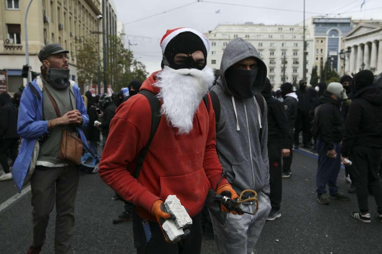 Ο ανθός της ελληνικής νεολαίας με εορταστική διάθεση και κάποια πολεμοφόδια στα χέρια