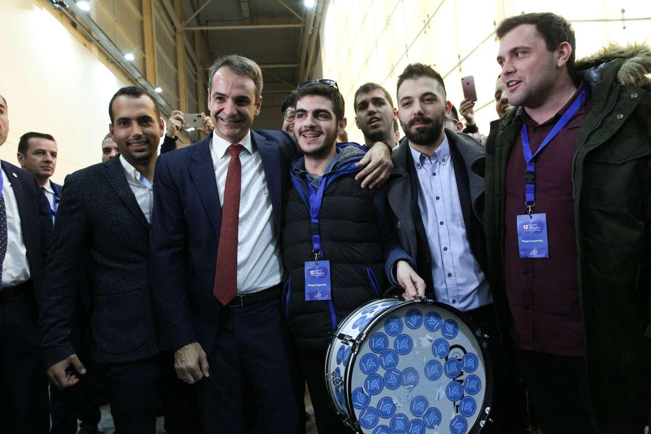 Ο Κυριάκος Μητσοτάκης με τους πάντα πιο εκδηλωτικούς εκπροσώπους της νέας γενιάς στελεχών της ΝΔ