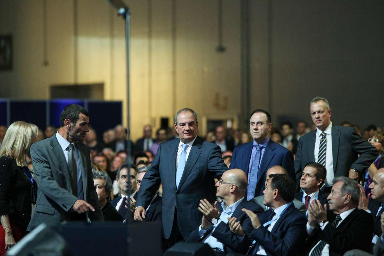 Ο Κώστας Καραμανλής εισέρχεται στην κεντρική αίθουσα του Συνεδρίου υπό το βλέμμα του Νίκου Δένδια
