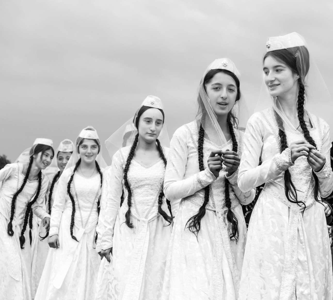 Κορίτσια ντυμένα νύφες παρελαύνουν στην Τυφλίδα, Γεωργία