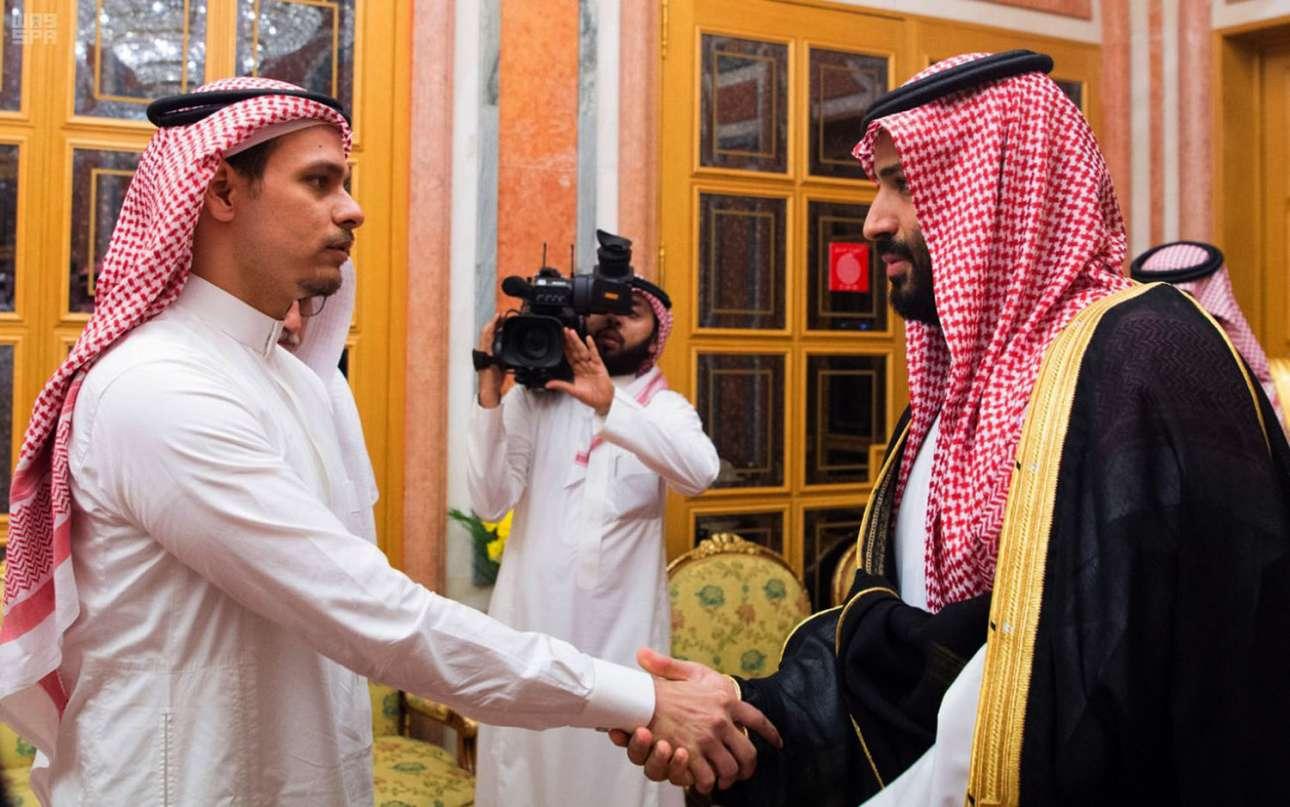 23 Οκτωβρίου. Μία εικόνα που κόβει την ανάσα: ο Σαλάχ Κασόγκι δέχεται τα συλλυπητήρια του πανίσχυρου πρίγκιπα Μοχάμεντ μπιν Σαλμάν, του ανθρώπου που πιθανότατα διέταξε την άγρια δολοφονία του πατέρα του, του σαουδάραβα δημοσιογράφου Τζαμάλ Κασόγκι, μετέχοντας αναγκαστικά στο σόου θλίψης της βασιλικής οικογένειας στο Ριάντ