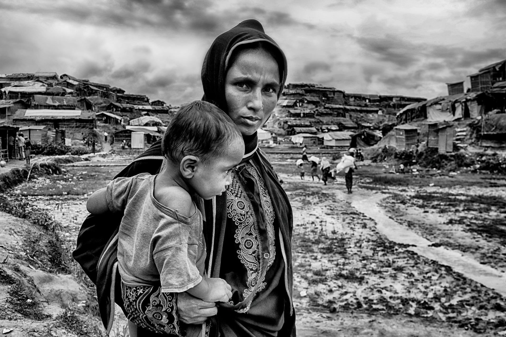 Πρώτη θέση. «Μητέρα». Μητέρα και παιδί Ροχίνγκια σε στρατόπεδο προσφύγων στο Κοξ Μπαζάρ του Μπαγκλαντές. Περισσότεροι από 750.000 Ροχίνγκια έχουν περάσει τα σύνορα του Μπαγκλαντές προκειμένου να ξεφύγουν από τη βία του στρατού της Μιανμάρ κατά της μουσουλμανικής μειονότητας