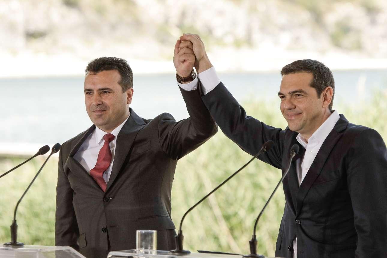 17 Ιουνίου. Ο πρωθυπουργός της ΠΓΔΜ Ζόραν Ζάεφ και ο πρωθυπουργός της Ελλάδας Αλέξης Τσίπρας με ενωμένα χέρια μετά την υπογραφή της συμφωνίας για το Μακεδονικό, στις Πρέσπες