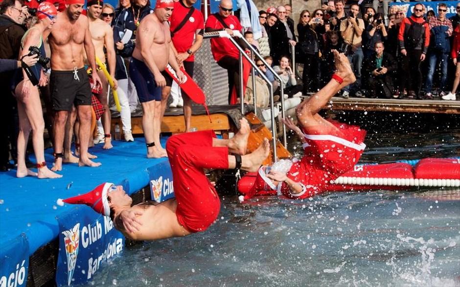 Τρίτη, 25 Δεκεμβρίου, Ισπανία. Κολυμβητές φορώντας στολές του Άγιου Βασίλη παίρνουν μέρος στον αγώνα Nadal Cup στο λιμάνι της Βαρκελώνης