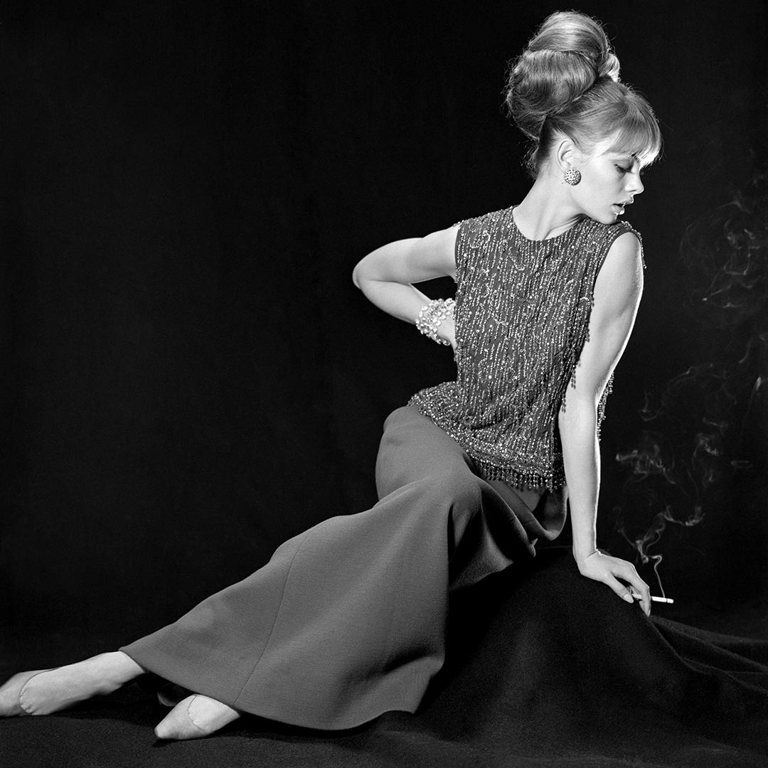 Η Τζιν Σρίμπτον με σύνολο Diοr σχεδιασμένο από τον τότε καλλιτεχνικό διευθυντή του οίκου Μαρκ Μπόαν, το 1963. Τη δεκαετία του '60, το διάσημο μοντέλο είχε εμφανιστεί σε πολλά εξώφυλλα της Vogue φορώντας Dior