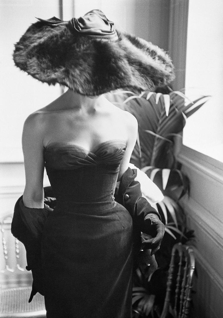 Μία από τις αγαπημένες φωτογραφίες του Μαρκ Σο, ο οποίος απαθανάτισε το μοντέλο με γούνινο καπέλο και τουαλέτα Dior για το περιοδικό Life, το 1954