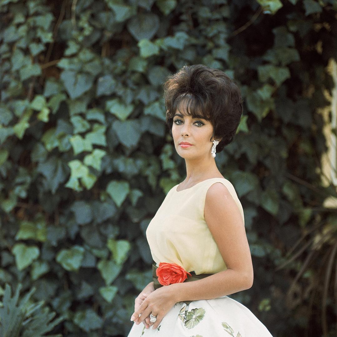 Απρίλιος 1961: Η Ελίζαμπεθ Τέιλορ ποζάρει στον φακό του Μαρκ Σο φορώντας Dior, λίγες ώρες πριν βραβευτεί με Οσκαρ για την ερμηνεία της στην ταινία «Butterfield 8»