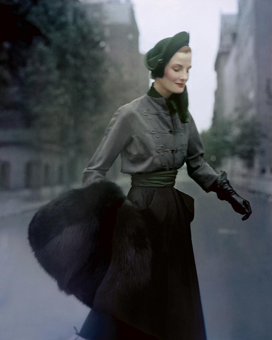 Το μοντέλο Γουέντα Πάρκινσον στους δρόμους του Παρισιού, φορώντας Dior, το 1949