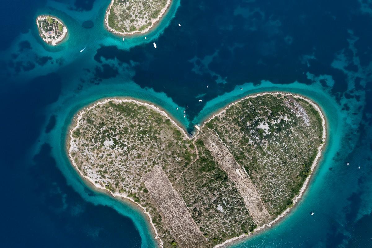 «Η καρδιά της Αδριατικής θάλασσας»: μία ακόμα εντυπωσιακή φωτογραφία του διαγωνισμού, το νησί σε σχήμα καρδιάς Galesnjak στις Δαλματικές Ακτές της Κροατίας