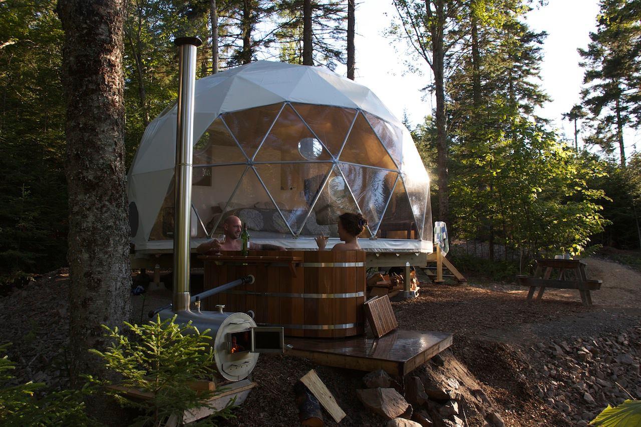 Το Ridgeback Lodge Inc. στο Κίνγκστον του Καναδά τα συνδυάζει όλα: απομόνωση, φύση, πολυτέλεια και μία ιδωτική ξύλινη θερμαινόμενη μπανιέρα...