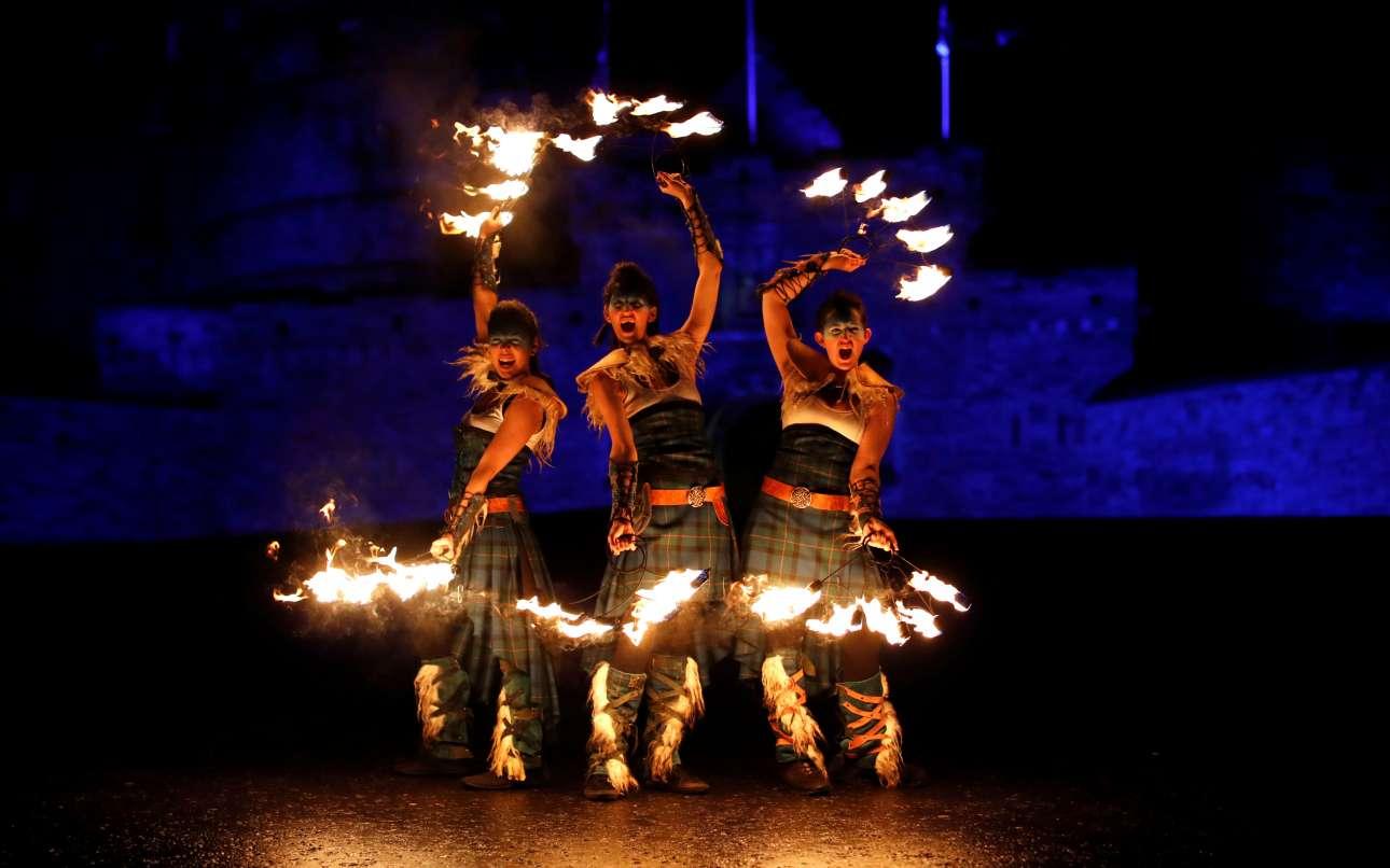 Δευτέρα, 31 Δεκεμβρίου, Σκωτία. Μέλη της ομάδας PyroCeltica δίνουν παράσταση μπροστά στο Κάστρο του Εδιμβούργου, σε έναν ιδιαίτερο αποχαιρετισμό του 2018