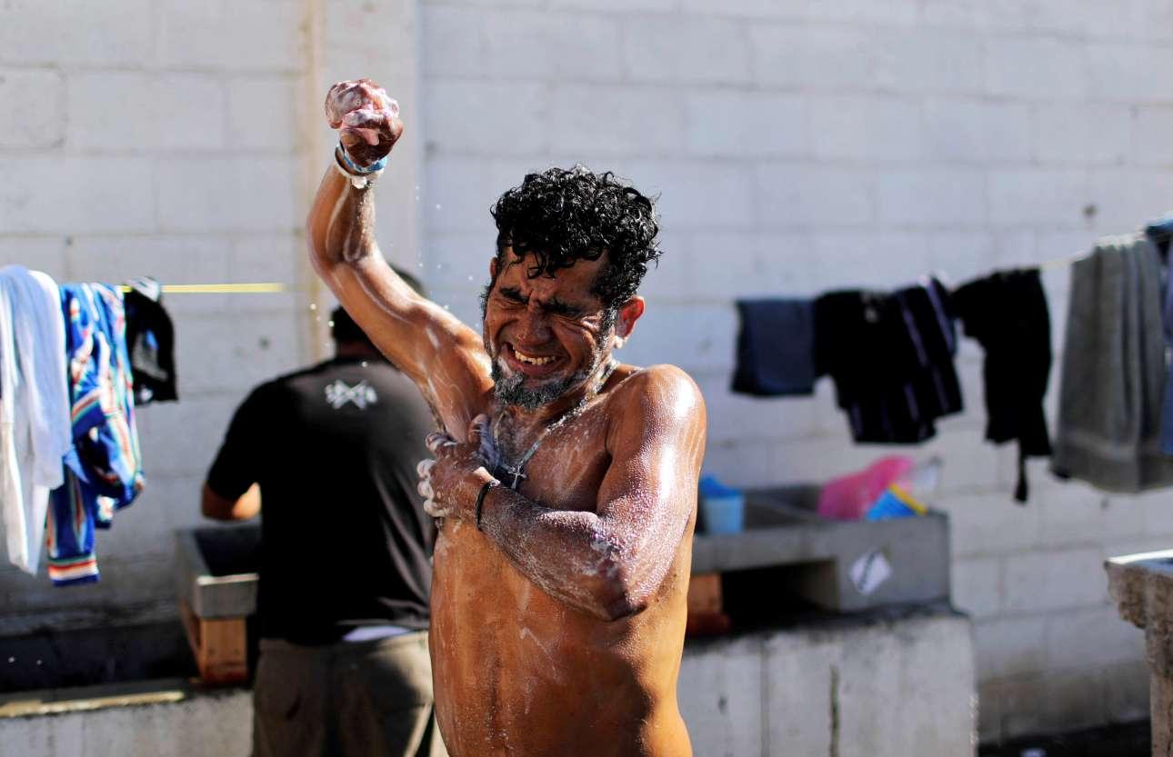 Δευτέρα, 31 Δεκεμβρίου, Μεξικό. Ενας μετανάστης, ο οποίος συμμετέχει στο καραβάνι με προορισμό τις ΗΠΑ, πλένεται στον προσωρινό καταυλισμό που έχει δημιουργηθεί στην Τιχουάνα του Μεξικού