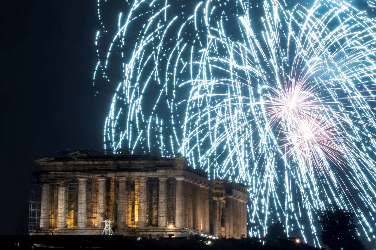 Τρίτη, 1 Ιανουαρίου, Ελλάδα. Πυροτεχνήματα πάνω από την Ακρόπολη κατά την υποδοχή του 2019 στην Αθήνα