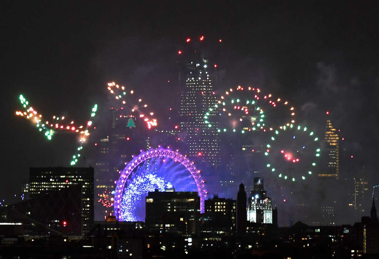 Πυροτεχνήματα πάνω από το περίφημο London Eye και τους ουρανοξύστες του Λονδίνου καλωσορίζουν το 2019