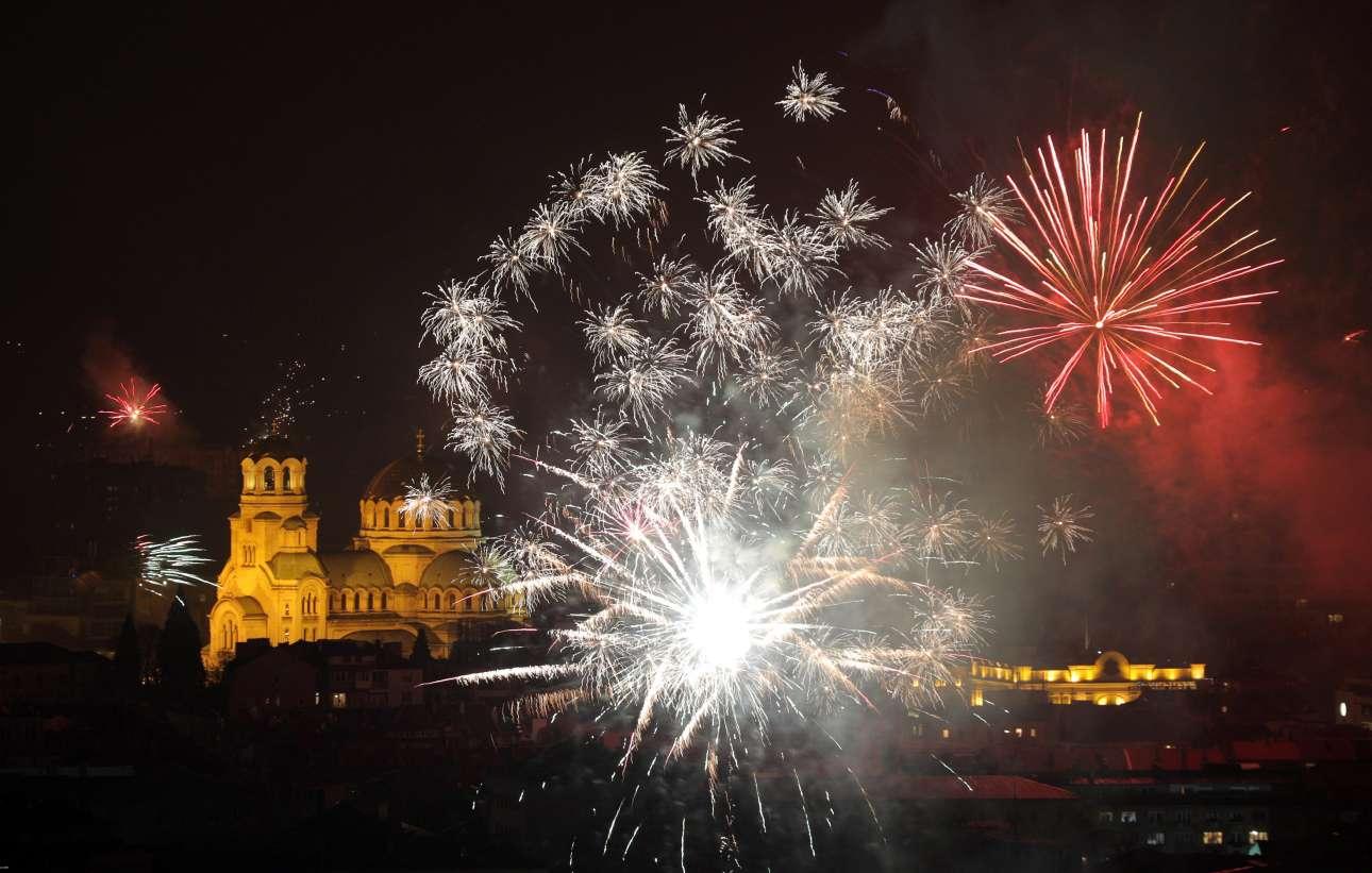 Με πυροτεχνήματα πάνω από τον καθεδρικό ναό Αλεξάντερ Νέφσκι υποδέχτηκε το νέο έτος η Σόφια