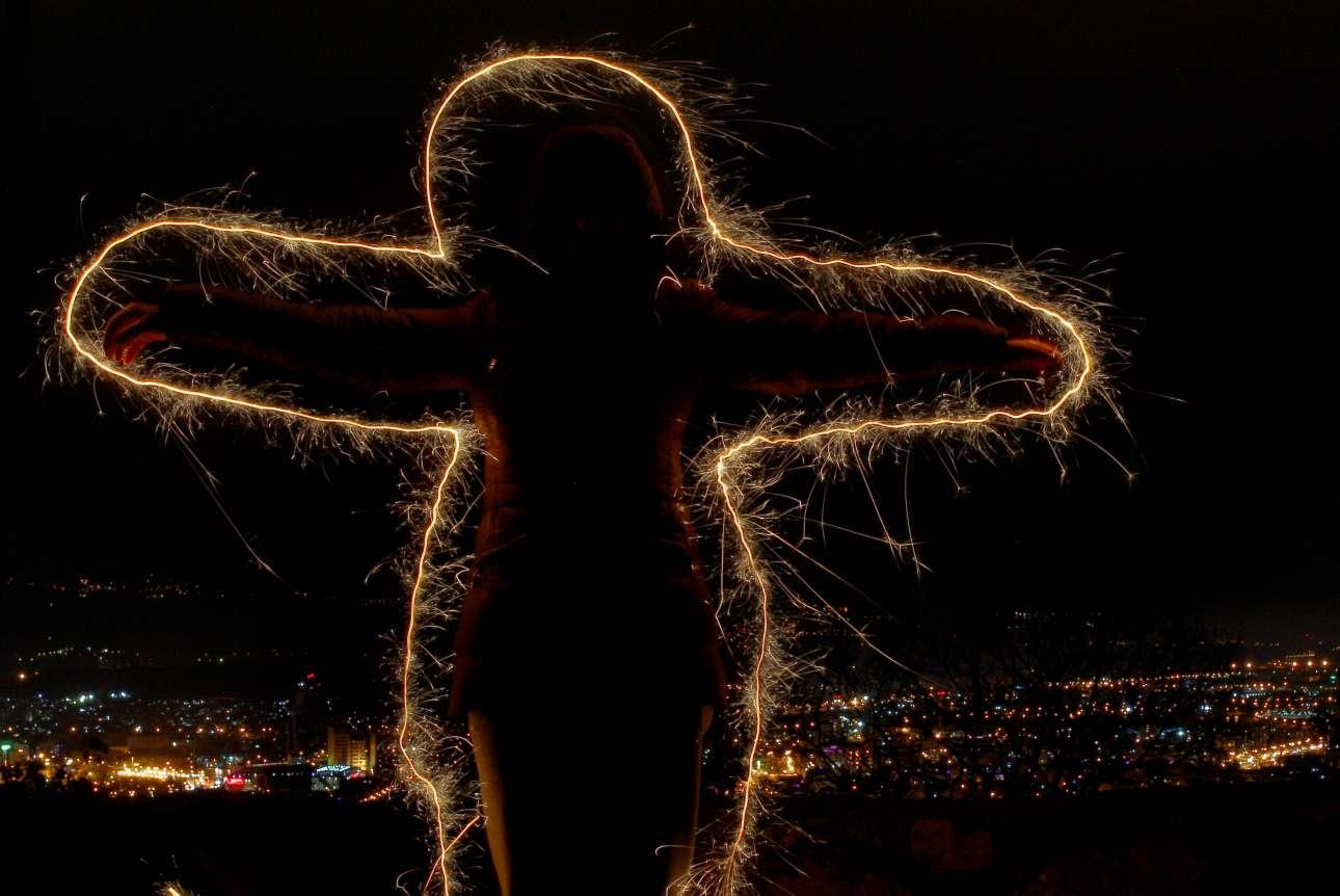 Η φιγούρα ενός κοριτσιού που ανοίγει την αγκαλιά του σχηματίζεται από φώτα στον ουρανό των Σκοπίων. Το νέο έτος υπόσχεται πολλά για τους πολίτες του γειτονικού μας κράτους