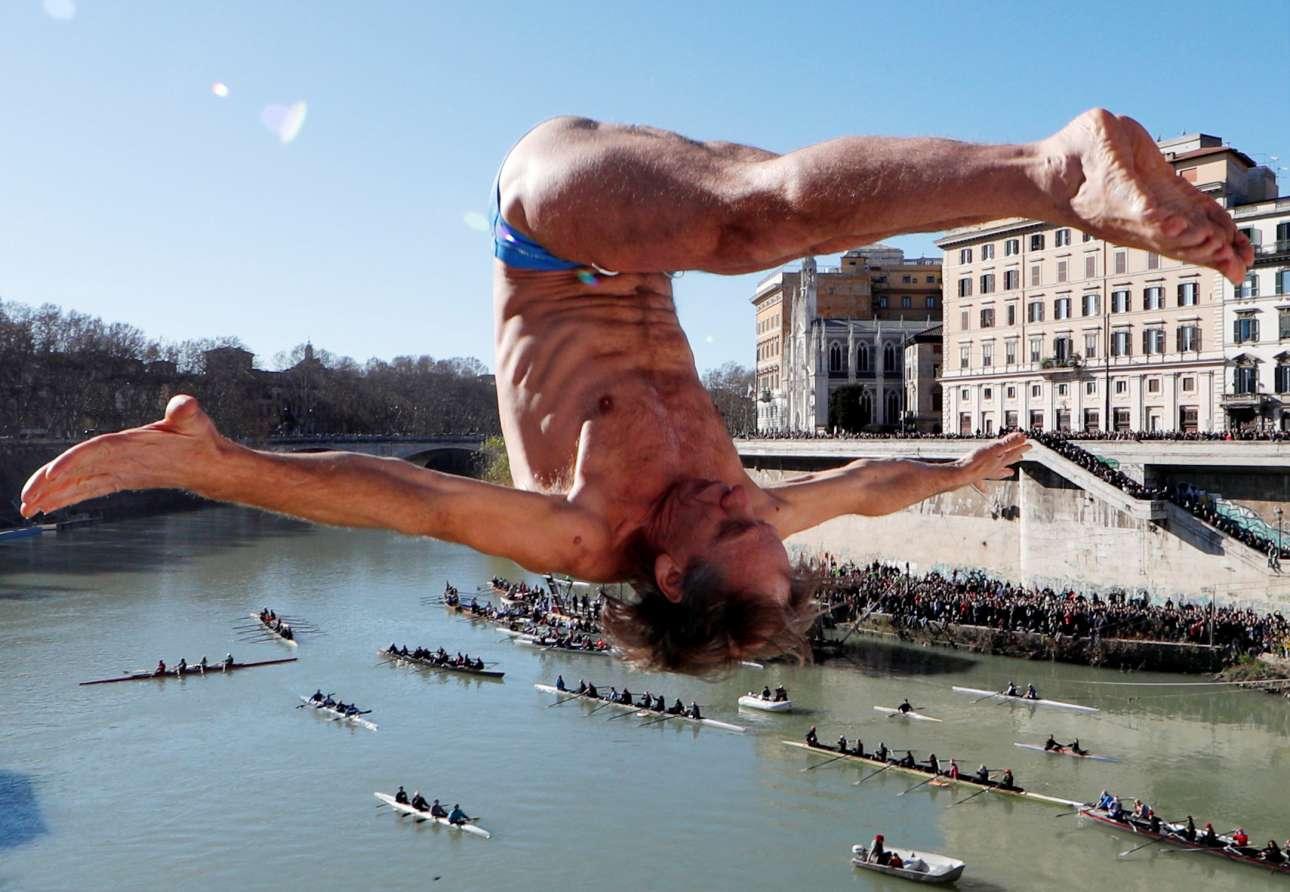 Τρίτη, 1 Ιανουαρίου, Ιταλία. Το έθιμο της βουτιάς στον Τίβερη, ανήμερα της Πρωτοχρονιάς, εξακολουθεί να γοητεύει στη Ρώμη. Εδώ ο Μάρκο Φόις σε μια περίτεχνη βουτιά από την γέφυρα Καβούρ