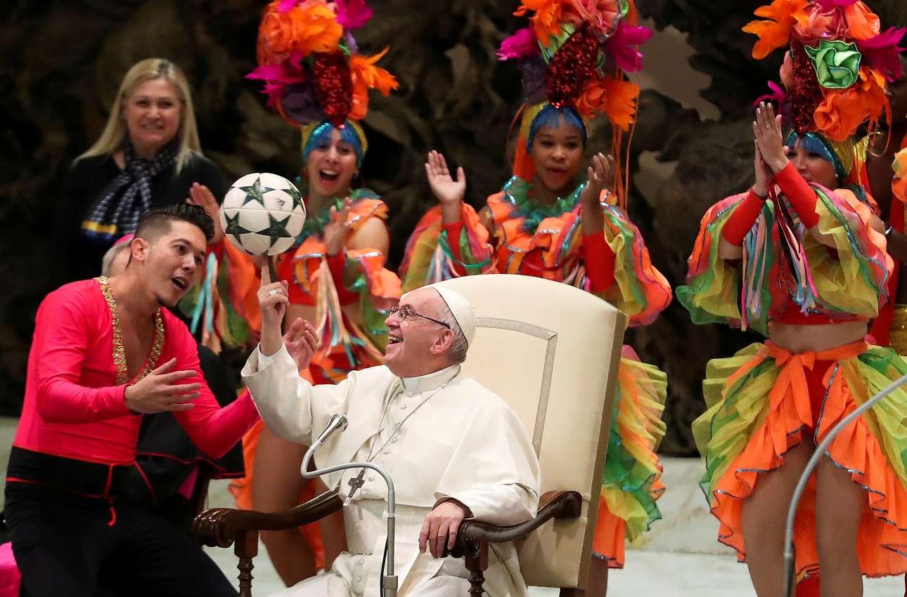 Τετάρτη, 2 Ιανουαρίου, Ιταλία. Ο Πάπας Φραγκίσκος παίζει με μια μπάλα, στο πλαίσιο της παράστασης που δόθηκε προς τιμήν του από το Τσίρκο της Κούβας, στο Βατικανό