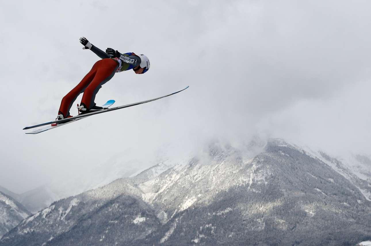 Πέμπτη, 3 Ιανουαρίου, Αυστρία. Ο ιάπωνας σκιέρ Γιουκίγια Σάτο κατά τη διάρκεια προπόνησης με φόντο τα χιονισμένα όρη στο Ινσμπρουκ