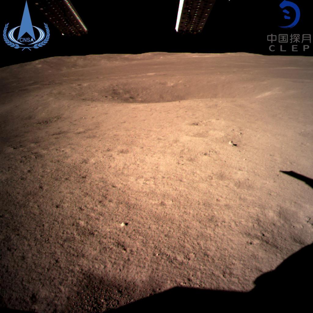 Η Κίνα κάνει ένα ιστορικό «βήμα» στις 3 Ιανουαρίου 2019: η πρώτη φωτογραφία που έστειλε το Chang'e-4 από την αθέατη πλευρά του δορυφόρου μας