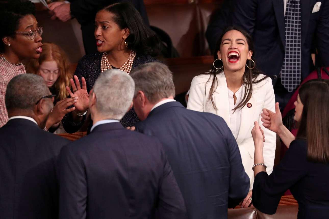 Πέμπτη, 3 Ιανουαρίου, ΗΠΑ. Η Αλεξάντρια Οκάσιο-Κορτέζ, η νεότερη βουλευτής στην ιστορία των ΗΠΑ, γελά τρανταχτά καθώς γίνεται δεκτή στο Καπιτώλιο της Ουάσιγκτον για την τελετή ορκωμοσίας των μελών του 116ου Κογκρέσου. H βουλευτής των Δημοκρατικών από το Μπρονξ της Νέας Υόρκης, είναι 29 ετών