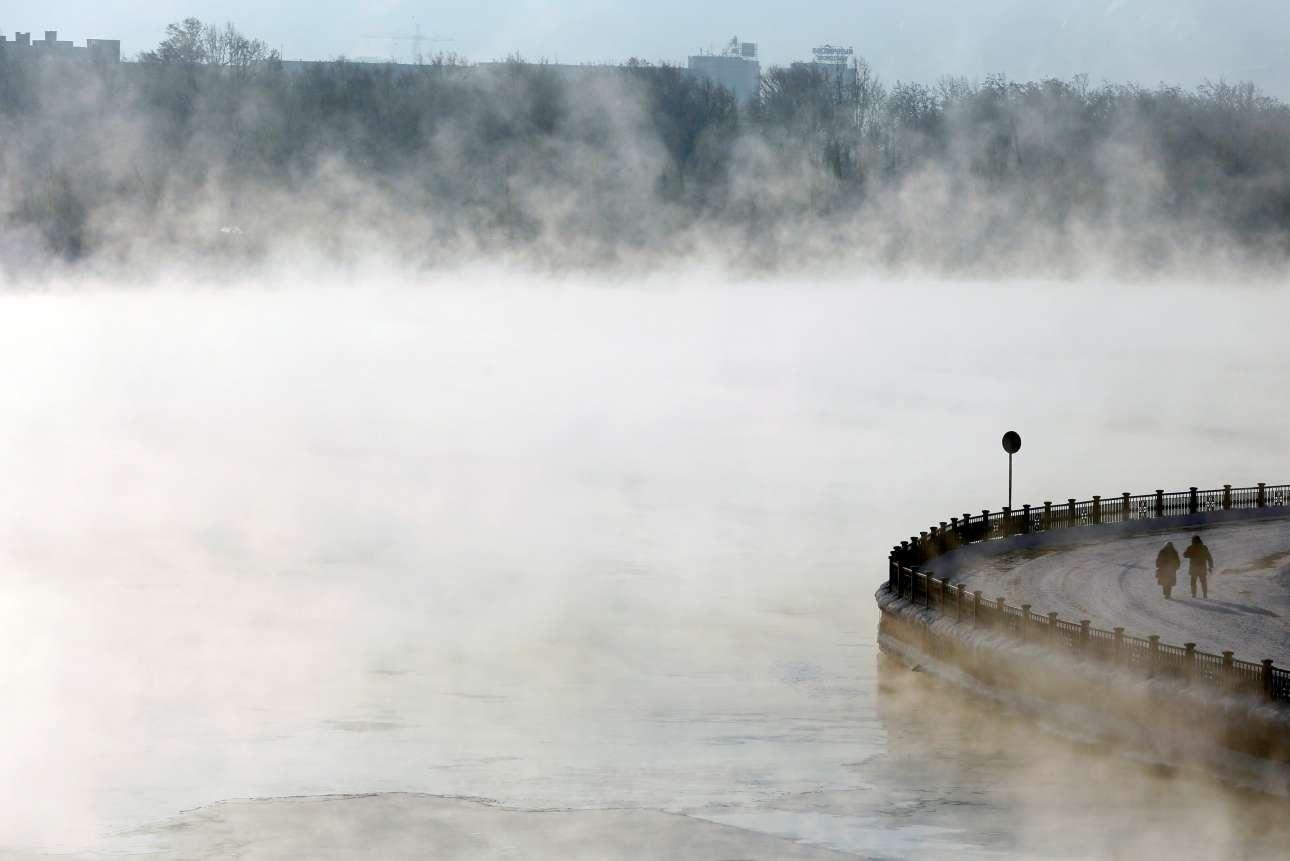 Παρασκευή, 4 Ιανουαρίου, Ρωσία. Δύο τολμηροί διαβάτες περπατούν στις όχθες του ποταμού Γενισέι, στο Κρασνογιάρσκ της Σιβηρίας. Η θερμοκρασία είναι μείον 24 βαθμοί Κελσίου