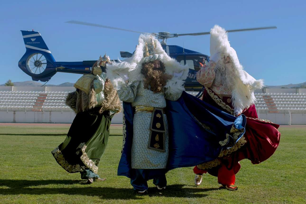 Σάββατο, 5 Ιανουαρίου, Ισπανία. Οι τρεις μάγοι με το ελικόπτερο... Τρεις άνδρες, ντυμένοι ως Μπαλτάσαρ, Γκασπάρ και Μελκιόρ, προσπαθούν να προστατευτούν από τις ριπές του αέρα που προκαλεί ο έλικας του ελικοπτέρου πίσω τους. Στη Ρόντα, κοντά στη Μάλαγα, τα Θεοφάνεια εορτάζονται με μια παρέλαση με παραπομπές στις πρώτες ημέρες της γέννησης του Ιησού