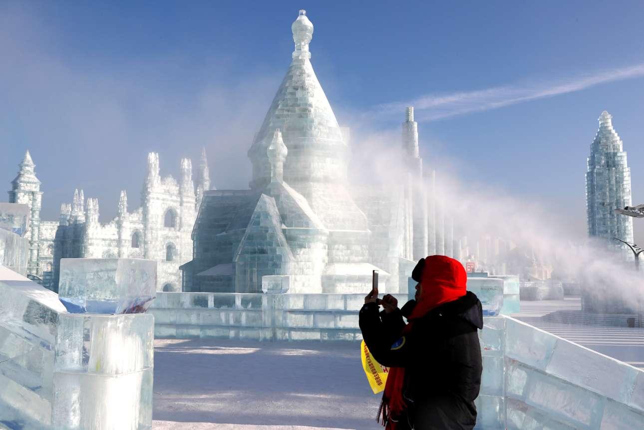 Δευτέρα 7 Ιανουαρίου. Επισκέπτης απαθανατίζει τα εντυπωσιακά γλυπτά από πάγο, στο ετήσιο φεστιβάλ γλυπτικής πάγου και χιονιού, στην κινεζική πόλη Χαρμπίν