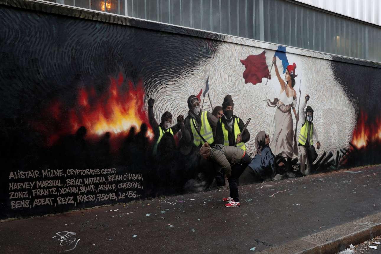 Τρίτη 8 Ιανουαρίου. Περαστική κοιτάζει εξονυχιστικά την τοιχογραφία του Pascal Boyart, ψάχνοντας να λύσει τον γρίφο που θα την οδηγήσει σε bitcoins αξίας 870 ευρώ. Το έπαθλο είναι κρυμμένο στο γκραφίτι που φιλοτέχνησε ο γάλλος καλλιτέχνης, εμπνευσμένος από το έργο του Ντελακρουά, ως φόρο τιμής στο κίνημα των Κίτρινων Γιλέκων