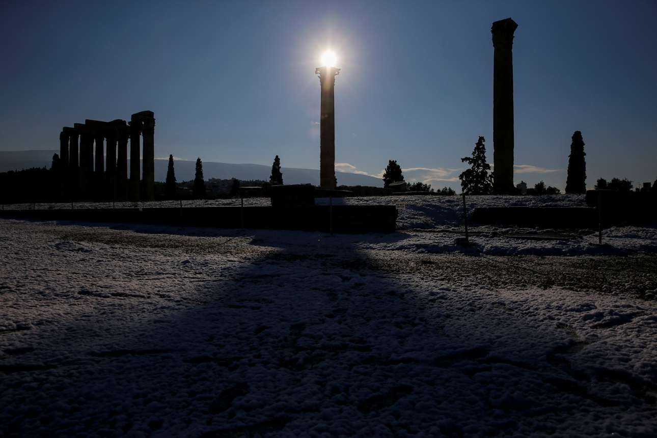 O ήλιος προβάλλει πάνω από τον Ναό του Ολυμπίου Διός