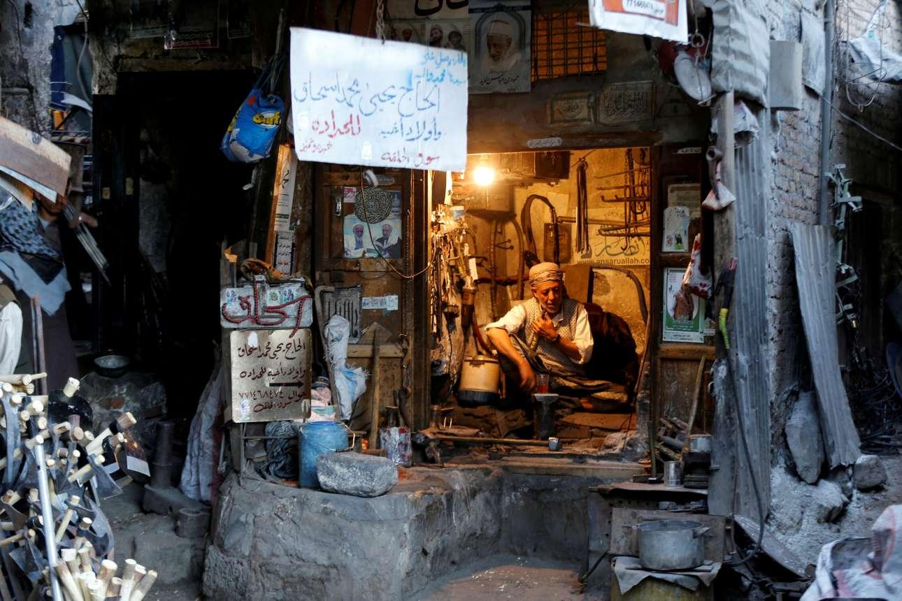Τετάρτη 9 Ιανουαρίου. Σιδεράς κάθεται μέσα στο μικροσκοπικό μαγαζί του στο τεράστιο παζάρι Souk al-Milh, στην Υεμένη